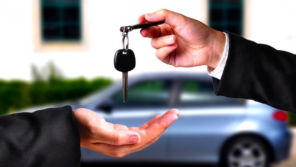 Un hombre da una llave de auto a una mujer