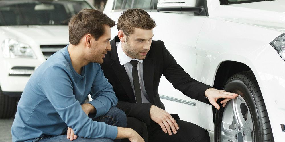Dos hombre están chequeando un auto