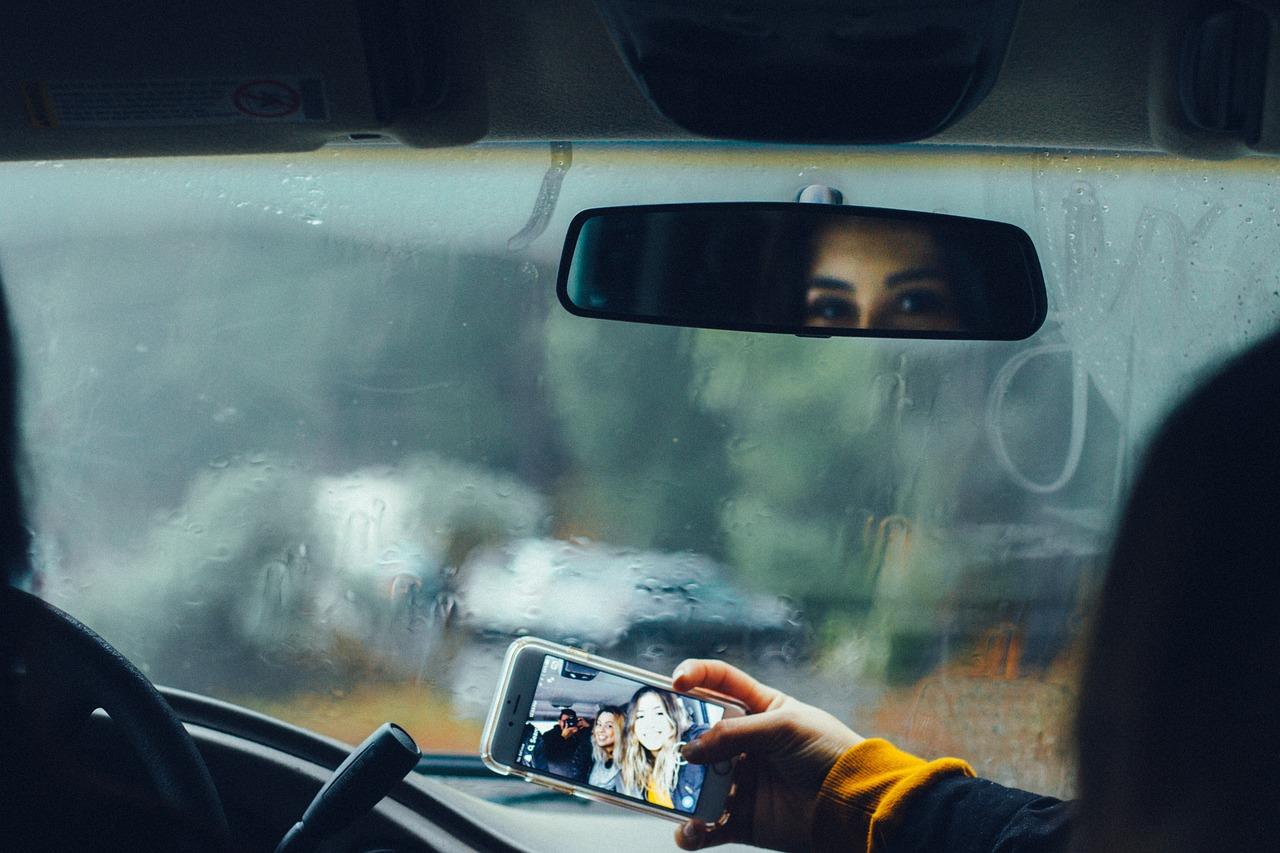 Chicas sacando fotos en un auto