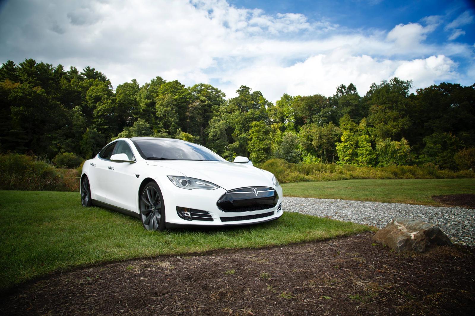 Coche Tesla de color blanco