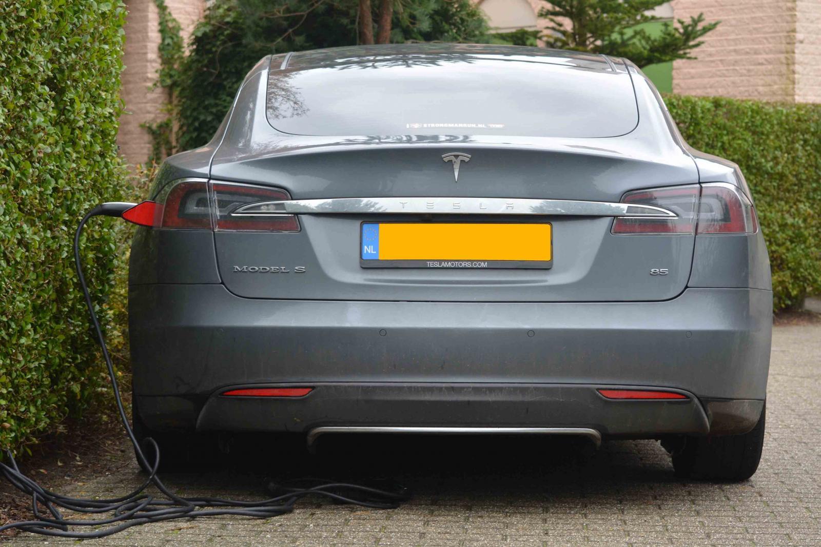 Coche Tesla de color gris
