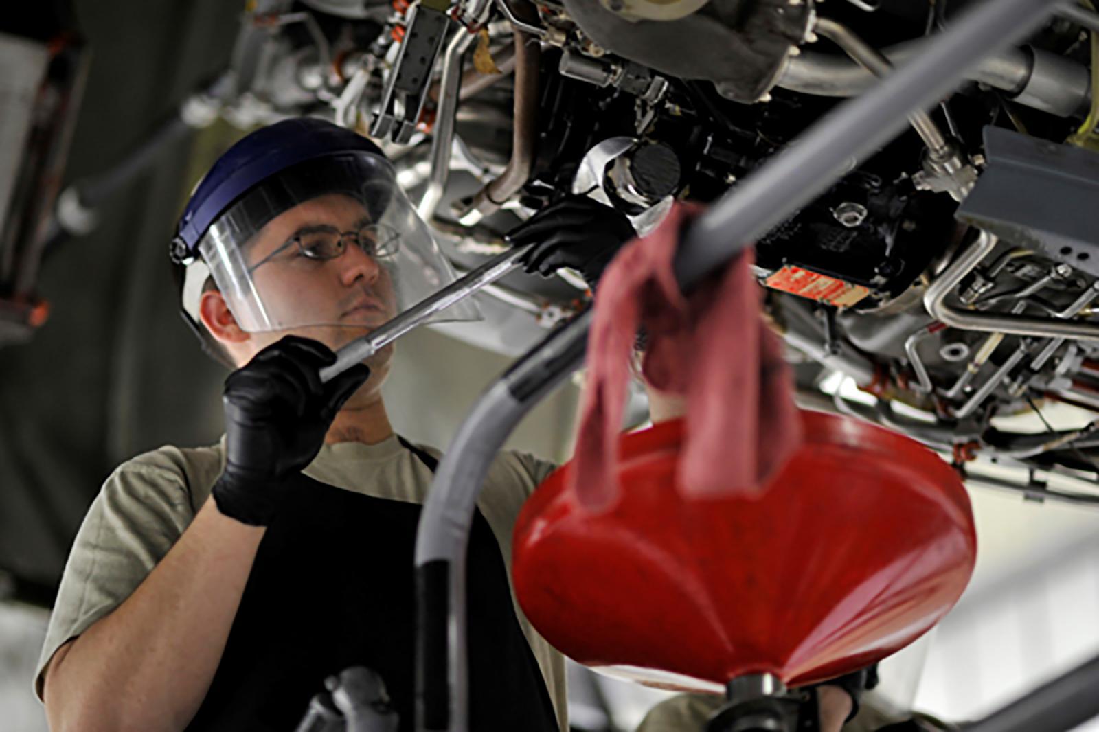 Hombre trabaja en un taller automotriz