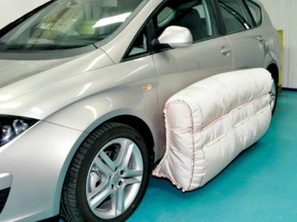 Auto de color plata y su bolsa de aire