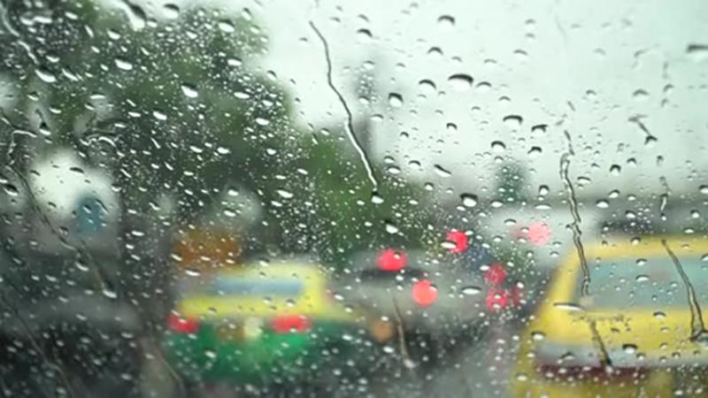 Vidrio de auto con gotas de agua