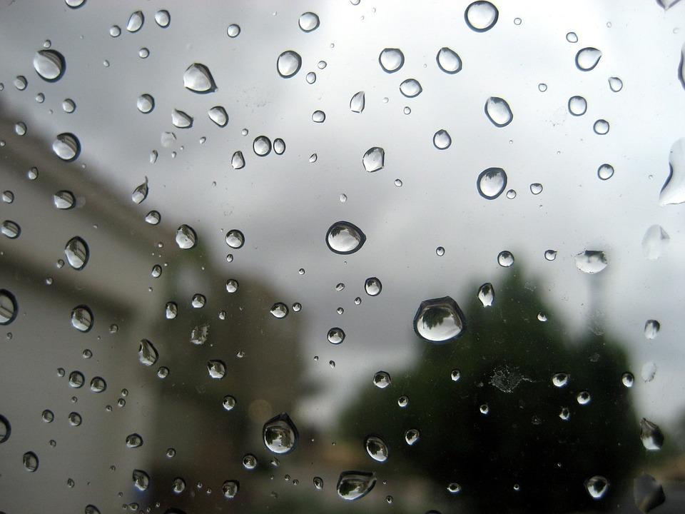 como quitar las manchas de agua en los vidrios del auto