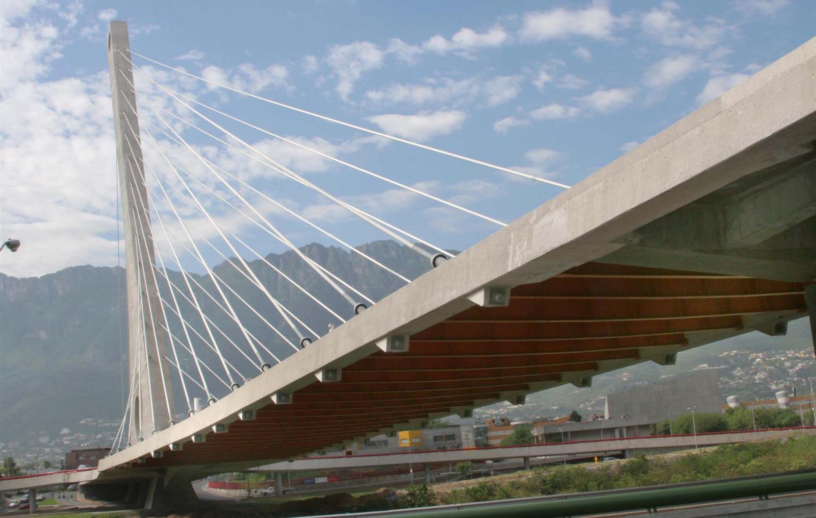 El Puente de la Unidad o Puente Atirantado cruza el Río Santa Catarina