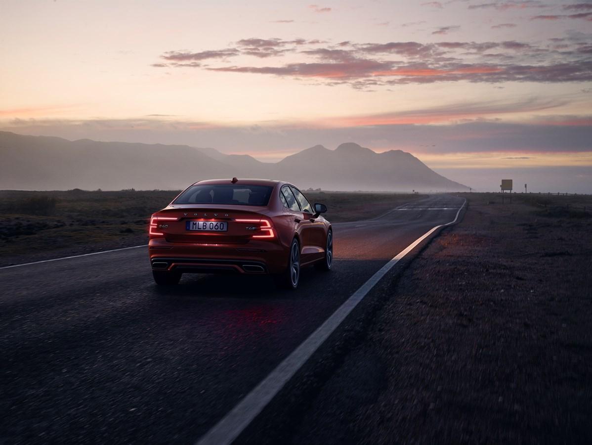 Volvo le baja la velocidad a sus autos
