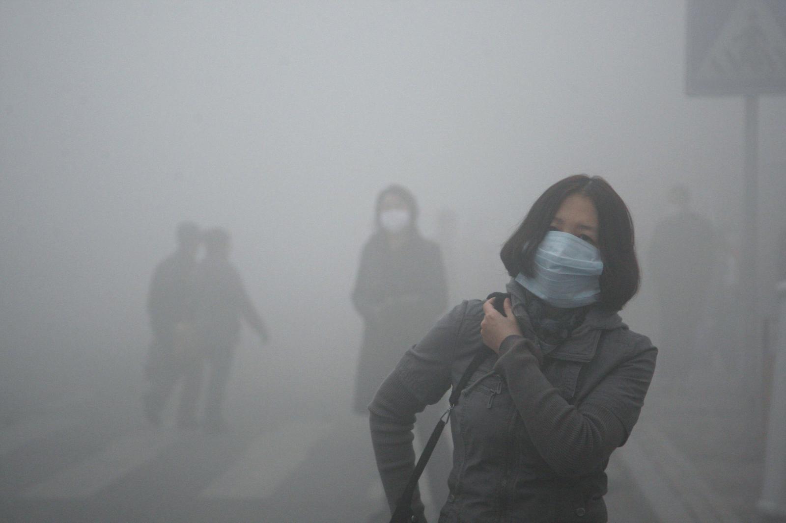 Contaminacion por automoviles. Mujer en la mascara.
