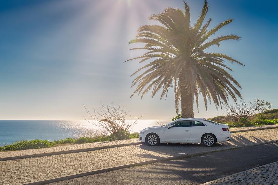 El sol, la arena y la sal son las enemigas de tu auto en la playa