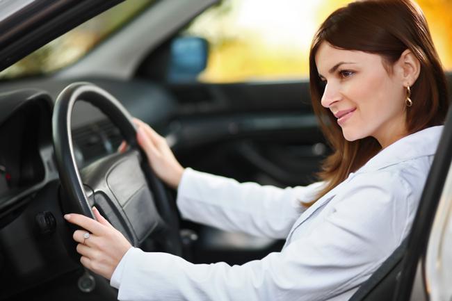Una mujer en el coche