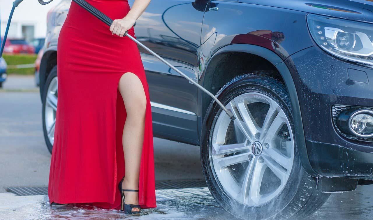 No se recomienda lavar el auto usando solo una cubeta de agua cuando tenga ceniza