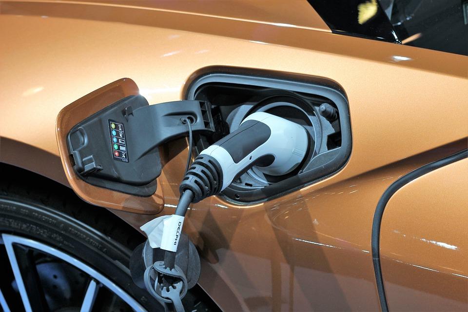 Amnistía Internacional reveló que el proceso de elaboración de las baterías de los autos eléctricos es altamente contaminante