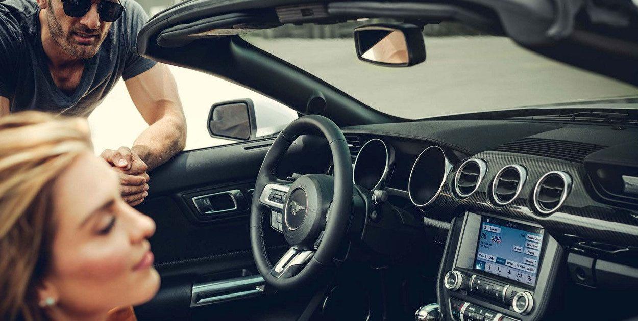 Los asientos delanteros del Ford Mustang V8 TA Convertible 2019 son espaciosos, pero los traseros son extremadamente reducidos