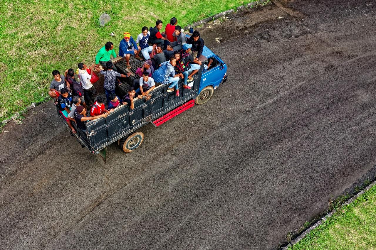 Llevar gente en el área de carga es causa de infracción