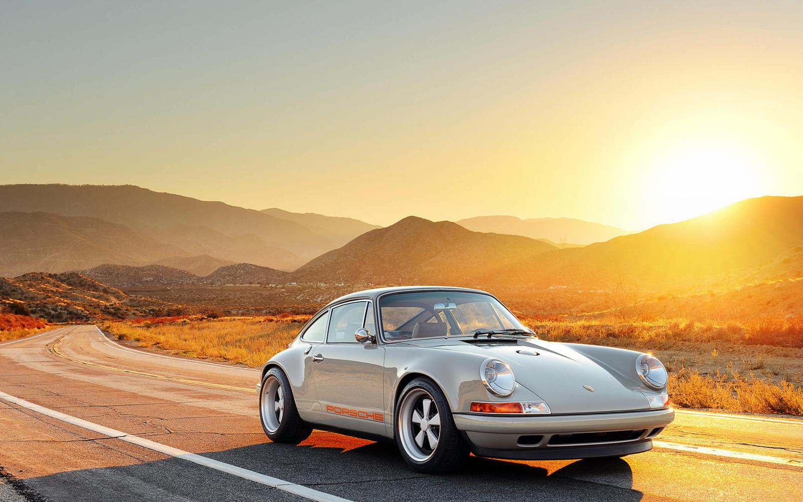 Coche Porsche en la carretera