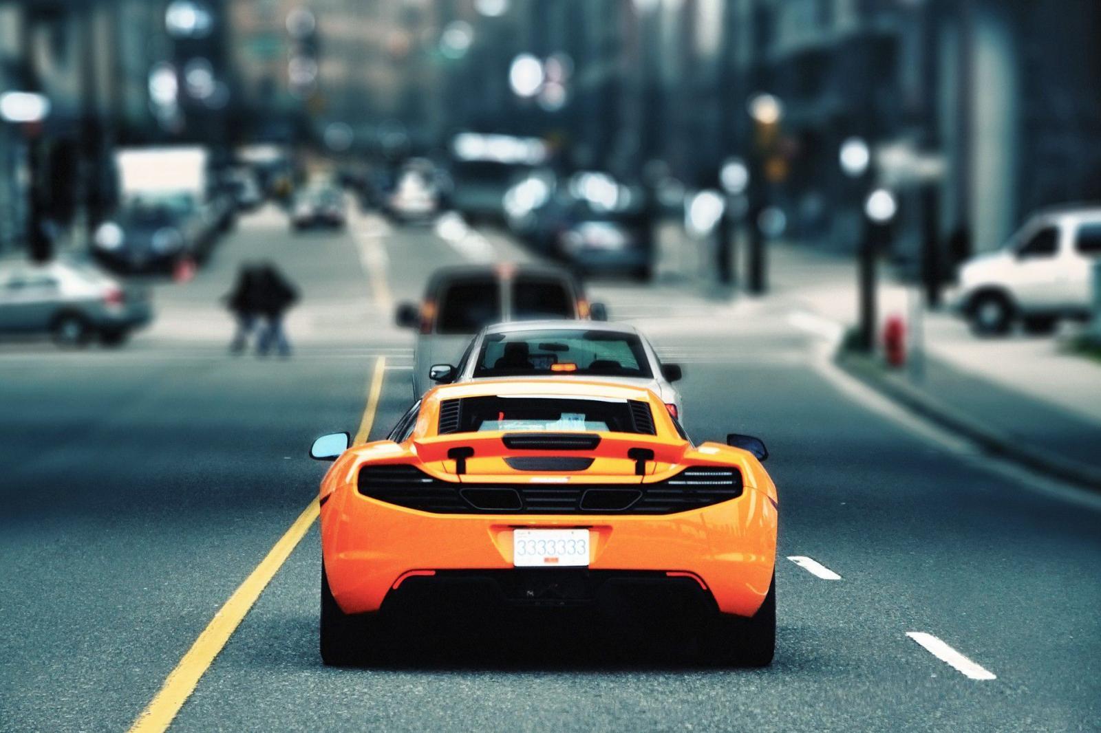 Auto deportivo en la calle