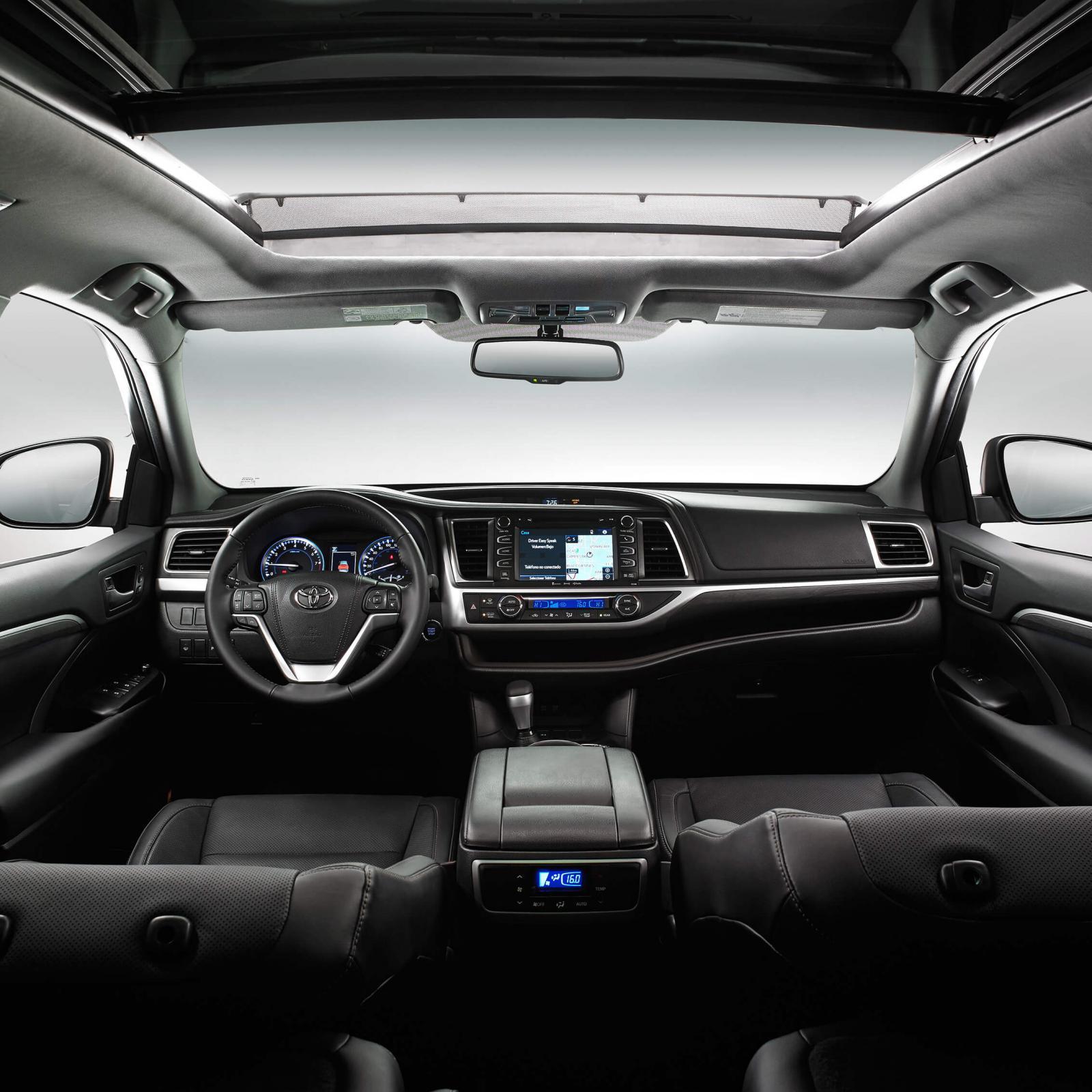Los controles de la Toyota Highlander Limited BR 2019 requiere que el conductor se estire más de lo normal
