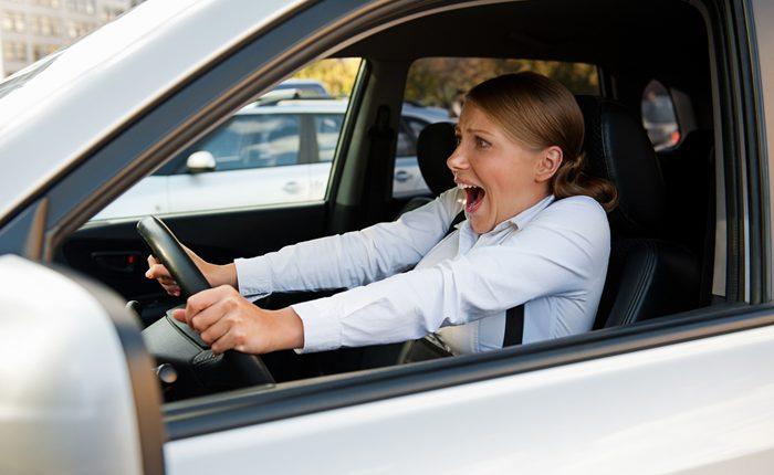 Mujer asustada en coche