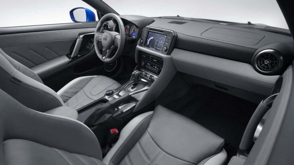 En el interior del Nissan GT-R 50 se estrena una nueva tonalidad en gris