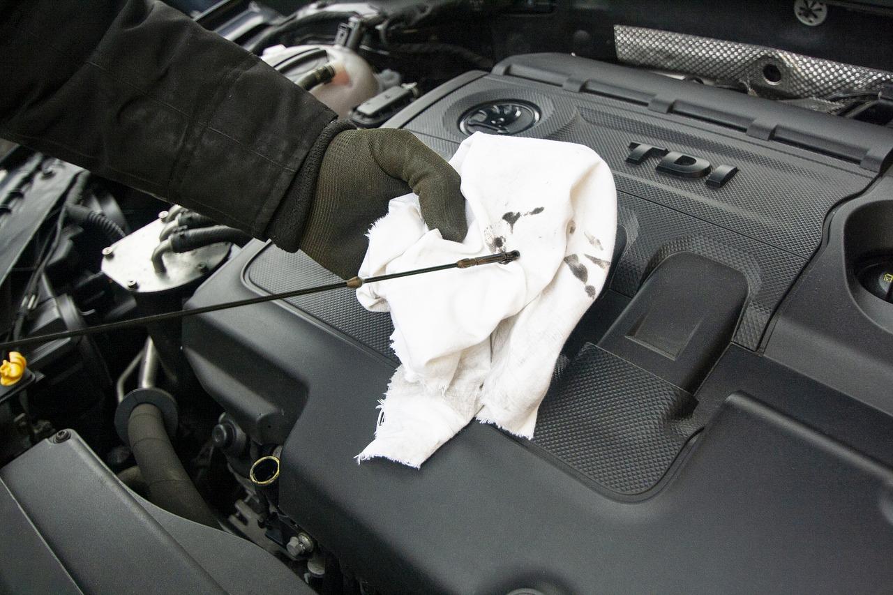 ¿Tu auto gotea? Descubre dónde está la falla según el color y textura