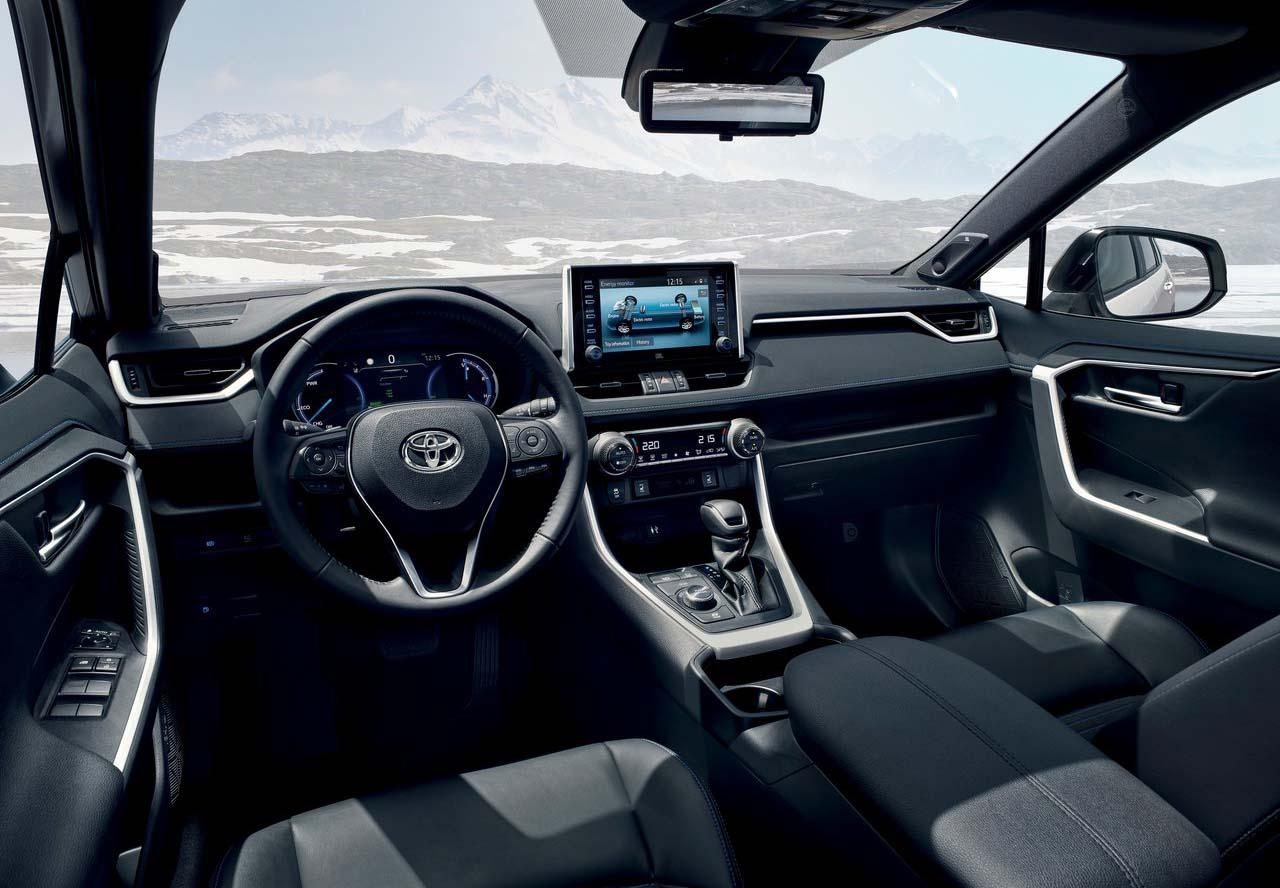La Toyota RAV4 tiene asientos y volante tapizados en cuero