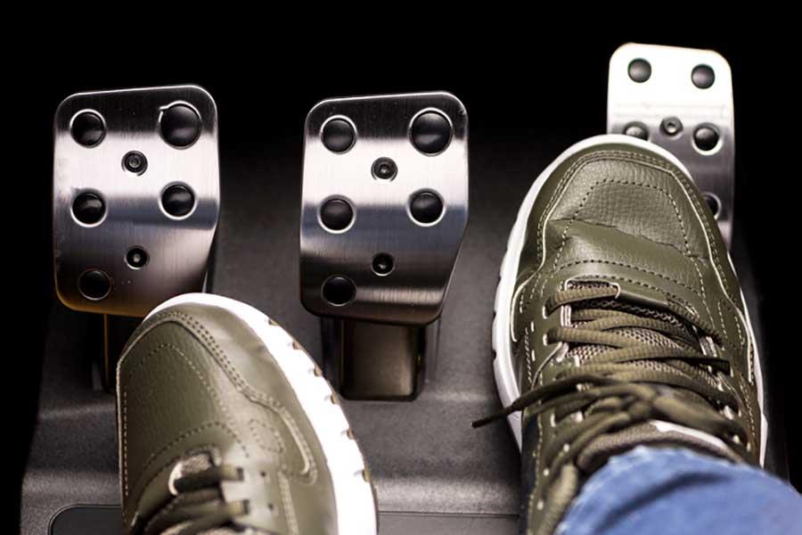 Pies en pedales de coche