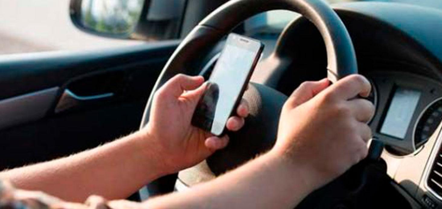 Las 6 distracciones al volante más comunes y cómo evitarlas