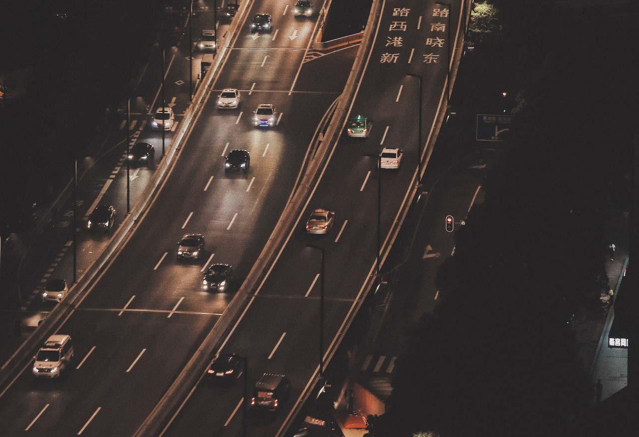 Al manejar de noche también es importante guardar distancia