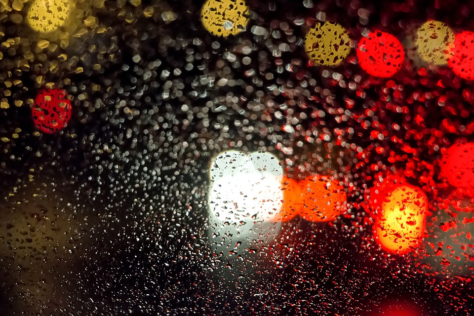 Vidrio con gotas de lluvia