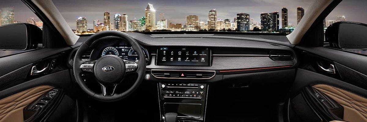 La cabina del Kia K7 Premier 2020 luce de muy alta calidad por sus materiales en el tablero