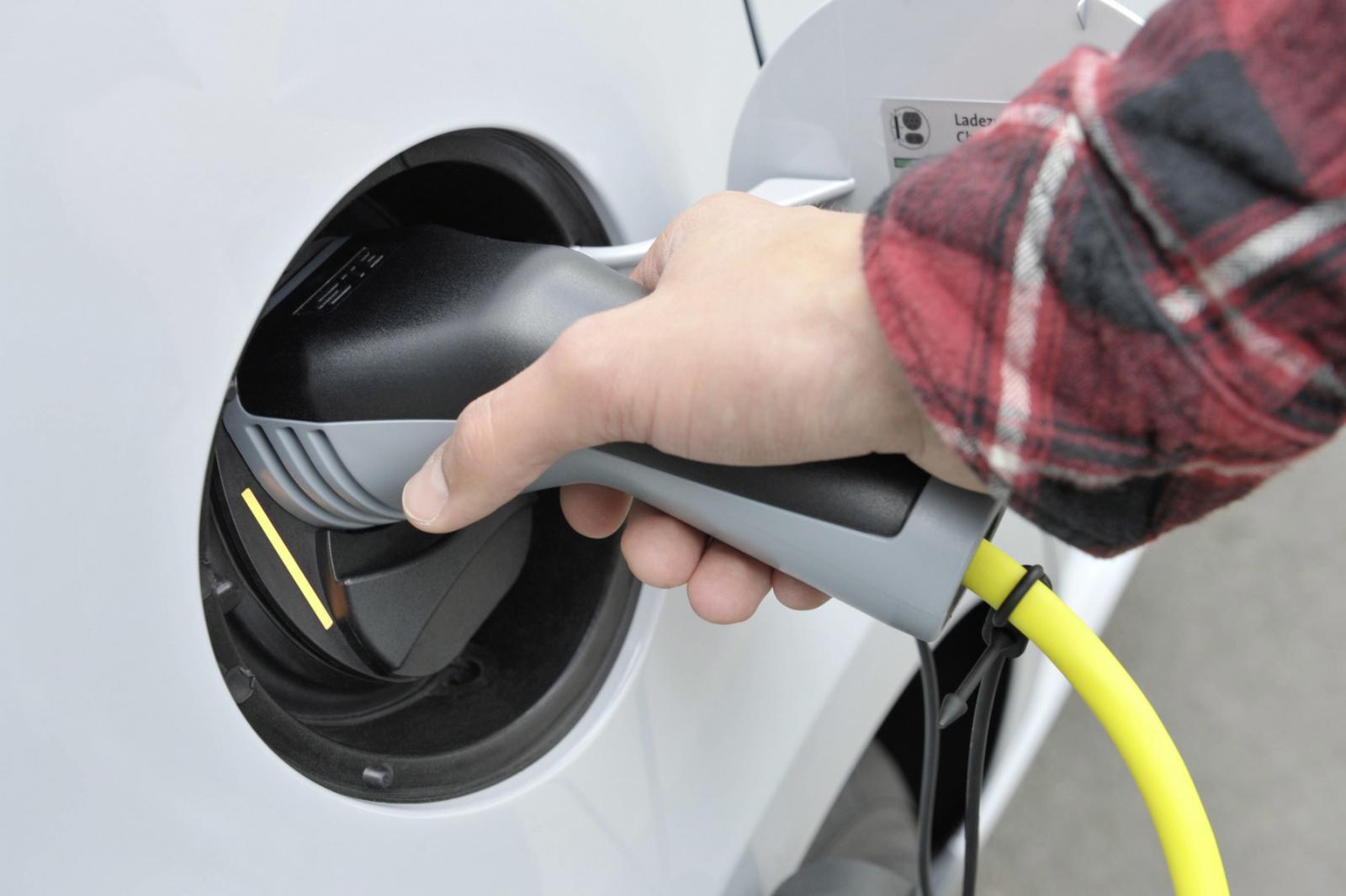Contrario a lo que muchos creen, recargar la batería de un auto eléctrico es fácil y rápido
