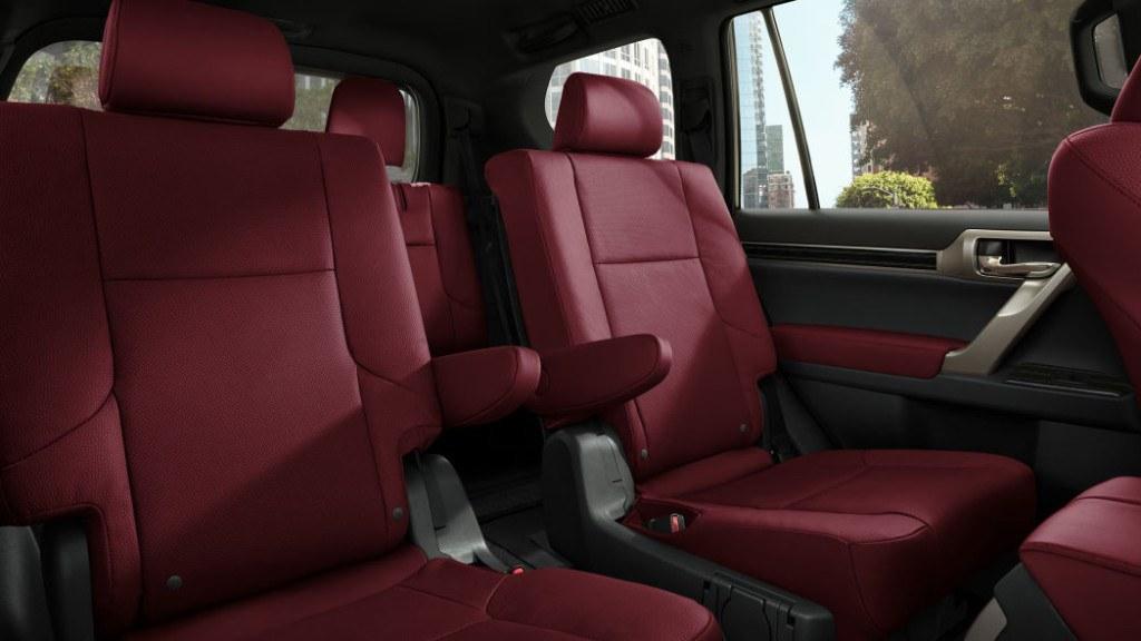 La cabina de la Lexus GX 460 2020 incorpora asientos con vestiduras de piel en color rojo