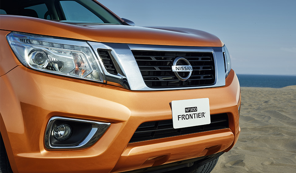 El frontal de la Nissan NP300 Frontier 2020 precio en México luce moderno y con trazos desafiantes