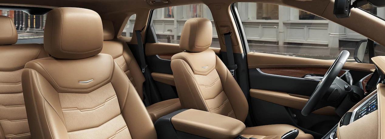 La visibilidad trasera de la Cadillac XT5 Platinum 2019 es limitada debido al grosor de sus pilares