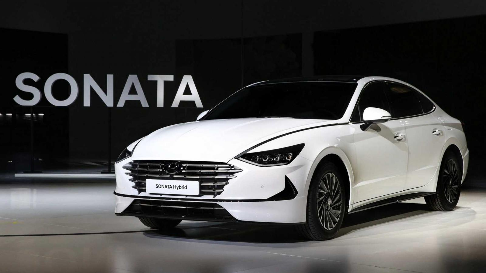 Hyundai presenta su primer auto híbrido con paneles solares