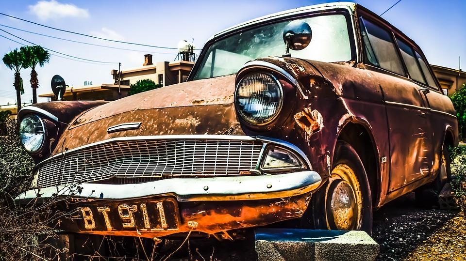 Auto viejo oxidado corroido