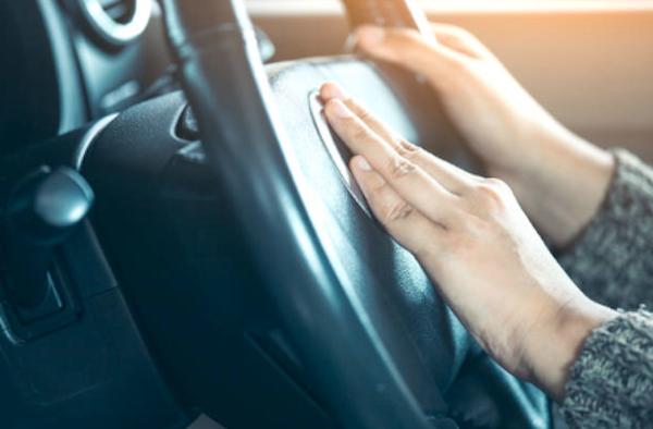 El claxon puede ayudarnos a prevenir accidentes, por lo que debe funcionar al 100%