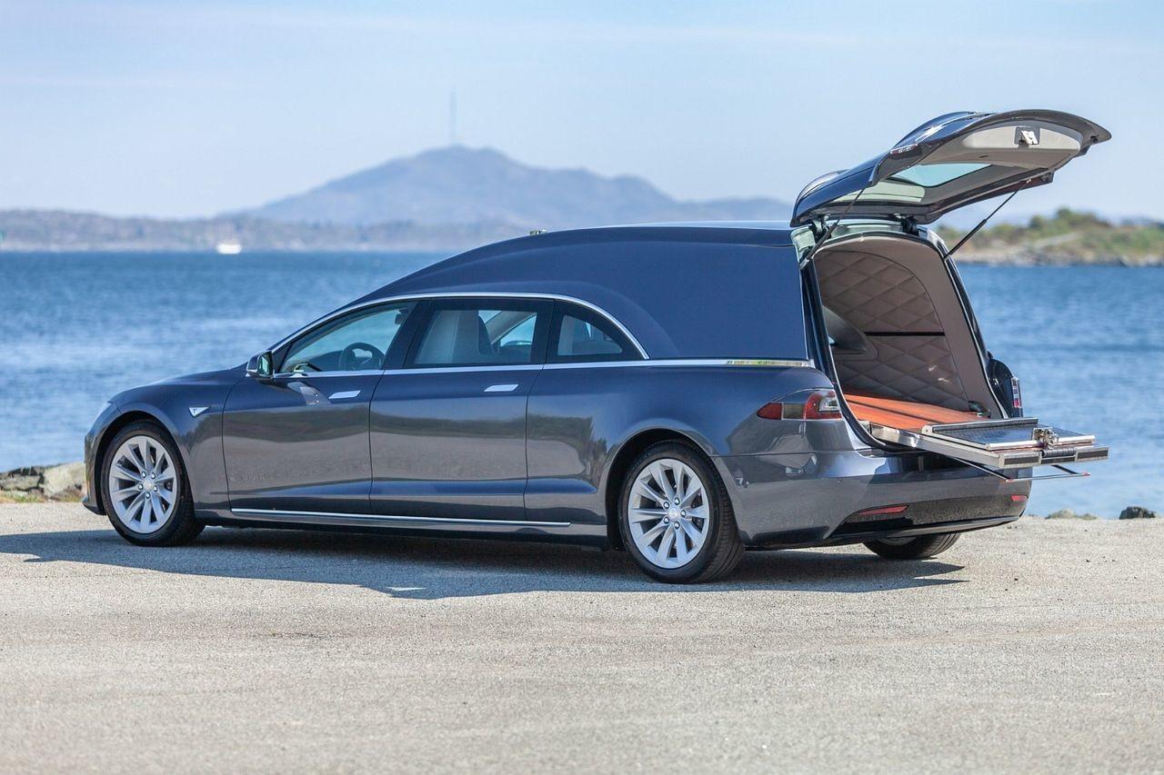 Esta carroza fúnebre se construyó sobre un Tesla Model S