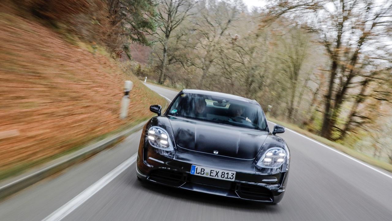 Tres pilotos legendarios probaron el Porsche Taycan