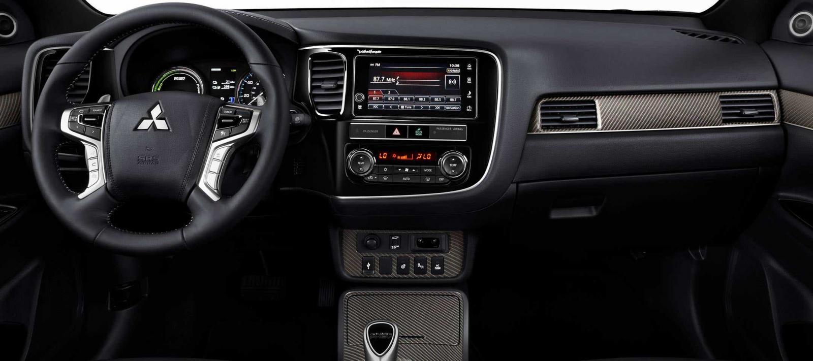 La Mitsubishi Outlander PHEV Limited 2019 no tiene una distribución lógica de los controles y mandos