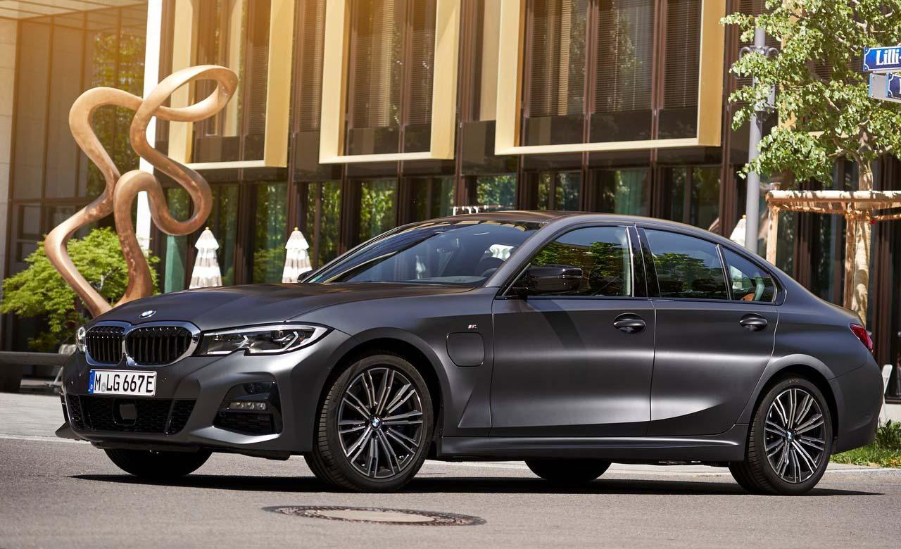 El BMW 330e puede lograr una velocidad máxima de 110 km/h en modo híbrido
