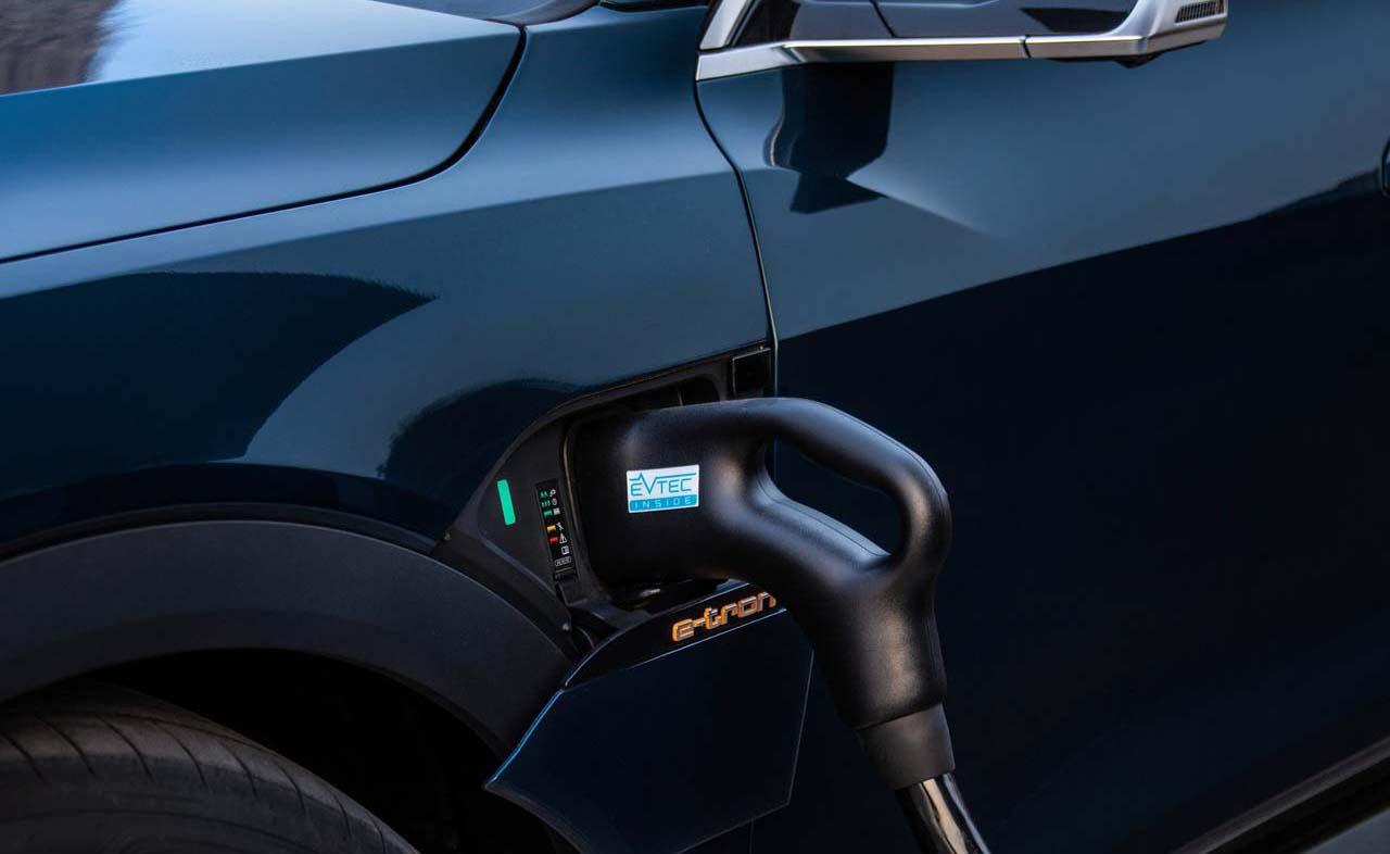 En la CDMX hacen falta estaciones de carga para autos híbridos y eléctricos