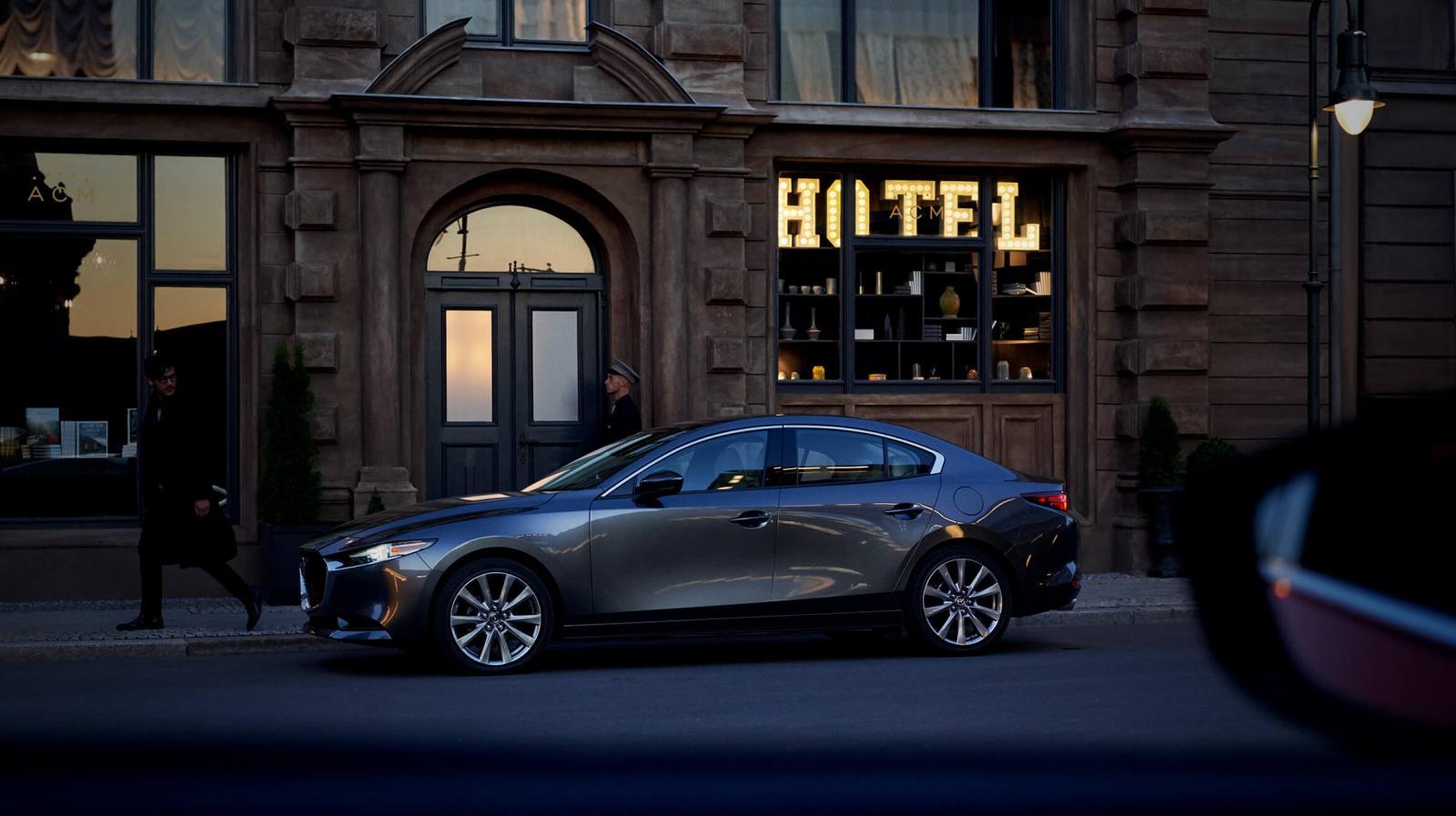 El Mazda 3 Sedan 2020 i Grand Touring tiene un diseño inconfundible a la distancia