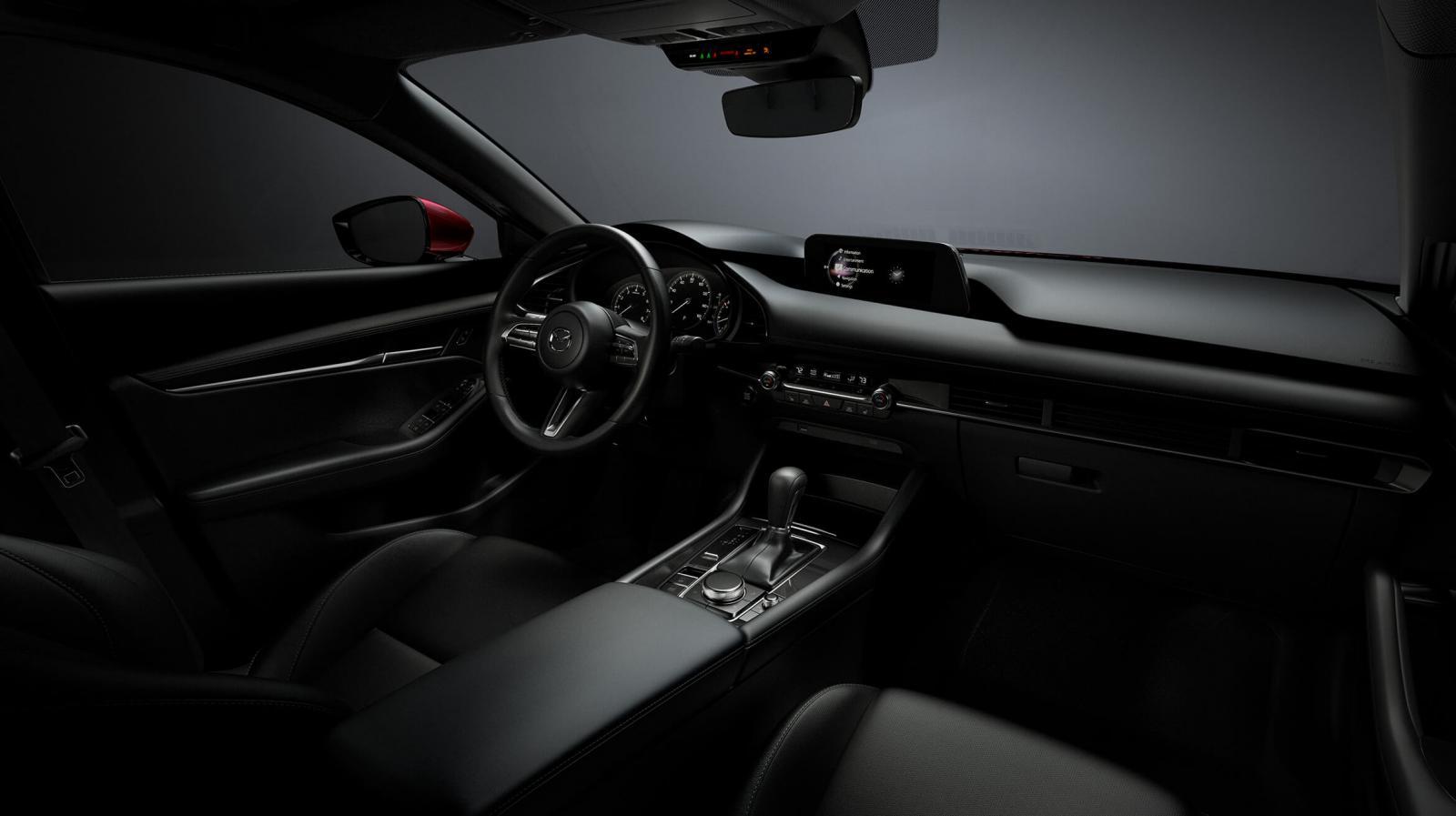 La cabina del Mazda 3 Sedan 2020 i Grand Touring se presenta minimalista, principalmente, en el área de la consola y el tablero