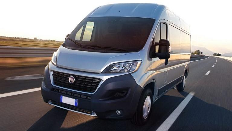 Mejor vehiculo comercial: Van de color gris