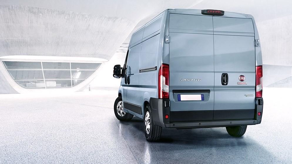 Mejor vehiculo comercial: Van de color plata