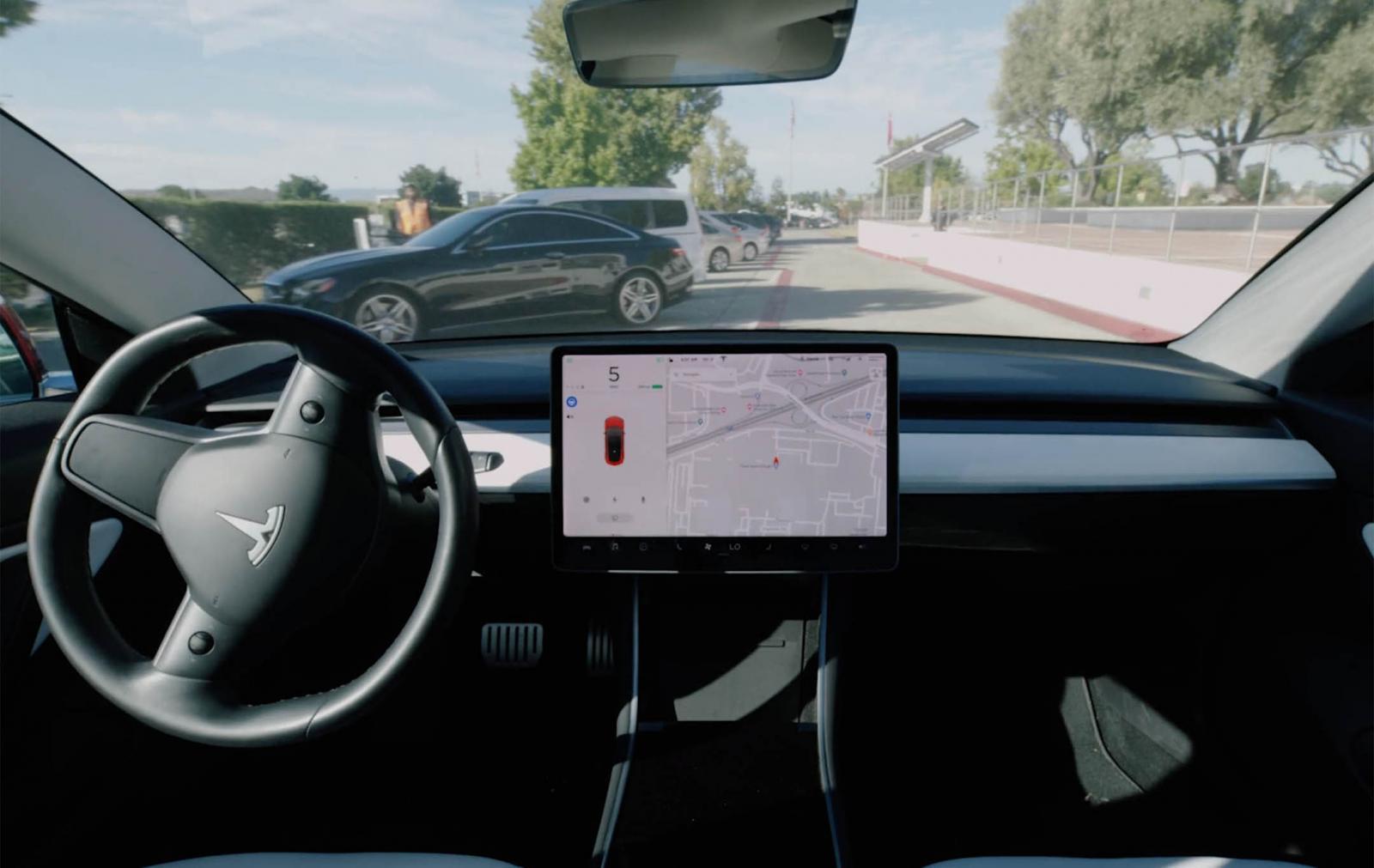 El sistema Smart Summon opera con el GPS