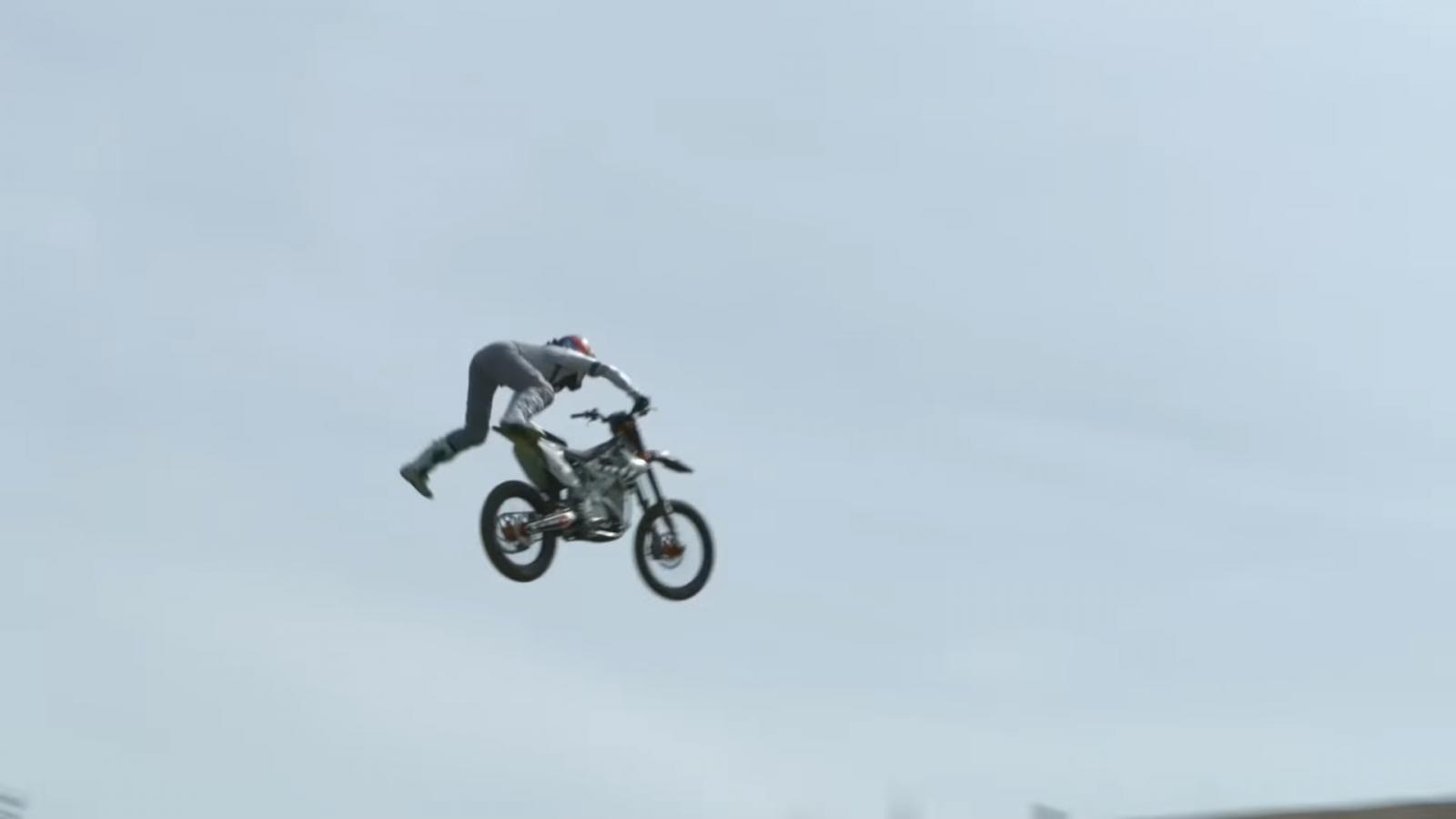 El motocross freestyle eléctrico deja atrás el estruendoso sonido de los motores de combustión interna