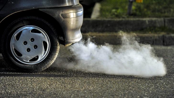 Los autos liberan diferentes tipos de gases dañinos para la naturaleza