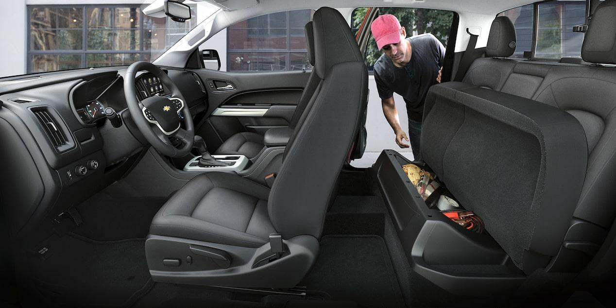 La Chevrolet Colorado LT 4x4 2020 esconde un amplio espacio de almacenamiento debajo del asiento trasero